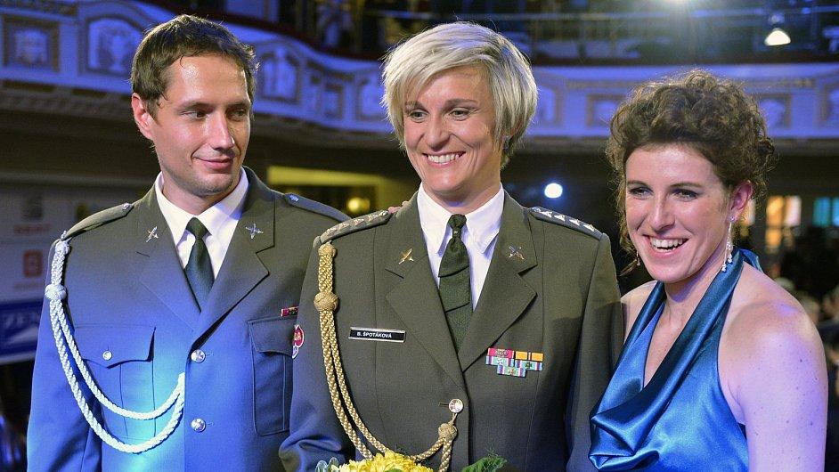 Barbora Špotáková (uprostřed) s Vítězslavem Veselým a Zuzanou Hejnovou