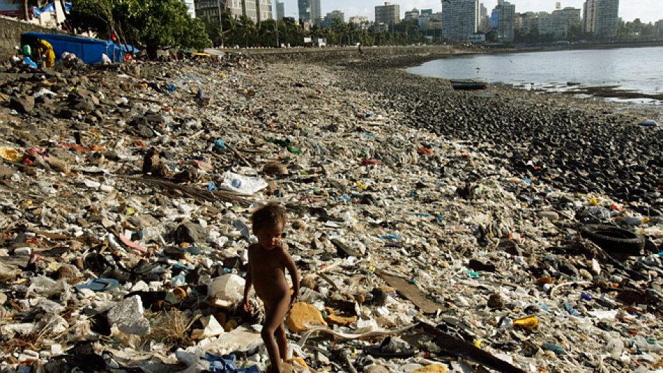 Odpadky na pláži v Bombaji
