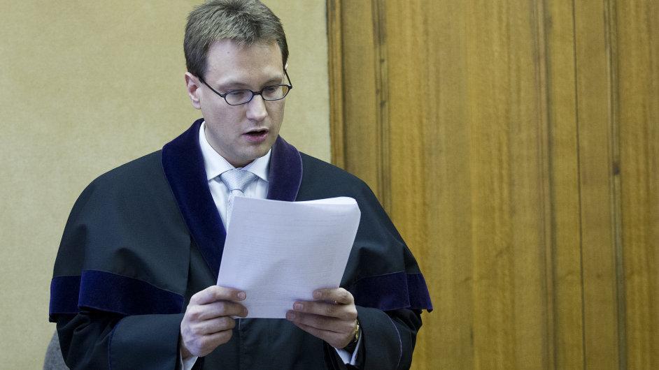 Soudce Jan Šott při vyhlášení rozsudku nad Vítem Bártou a Jaroslavem Škárkou.