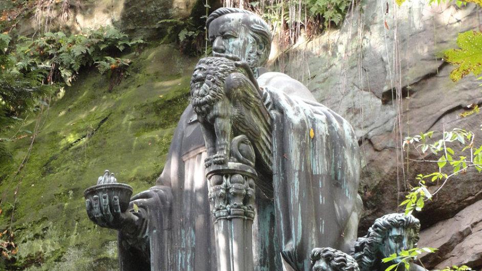 Skladatelův monument v soutěsce nedaleko Pirny leží jen asi 30 km od českých hranic.
