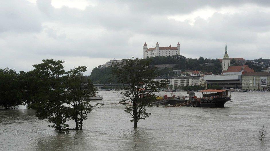Bratislavský hrad nad rozvodněným Dunajem