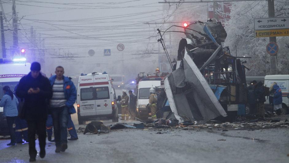 Silný výbuch ve Volgogradu rozmetal trolejbus a zabil 14 lidí