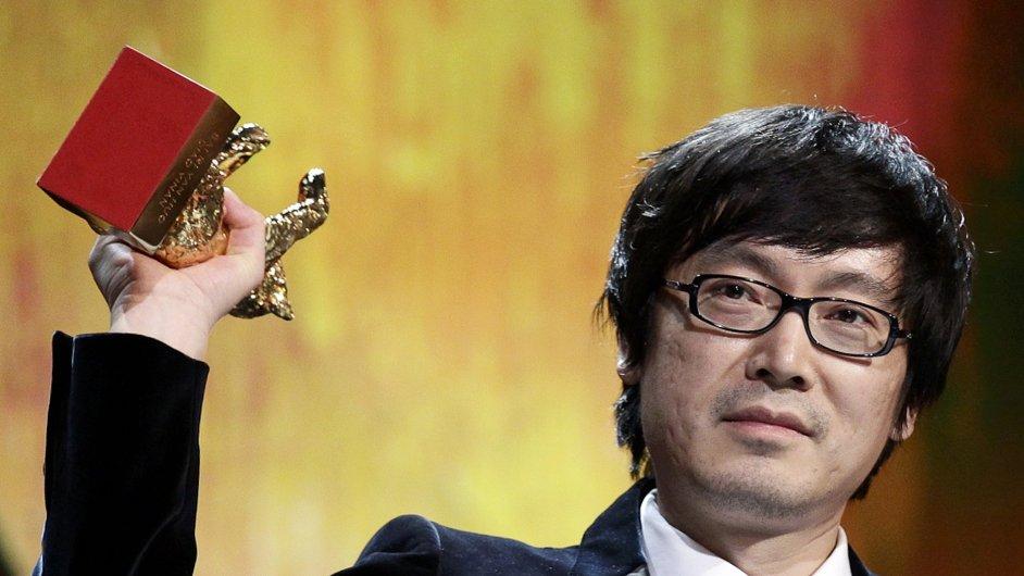 Čínský režisér Tiao I-nan přebírá Zlatého medvěda za nejlepší film letošního mezinárodního festivalu Berlinale.