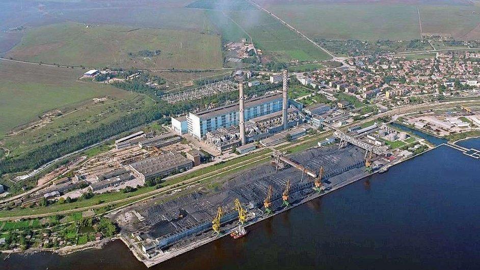 Uhelná elektrárna skupiny ČEZ u bulharské Varny. Spaluje černé uhlí dovážené po moři z ukrajinského Donbasu.