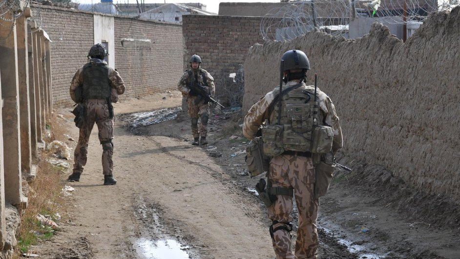 Čeští vojáci na hlídce v okolí spojenecké základny Bagrám