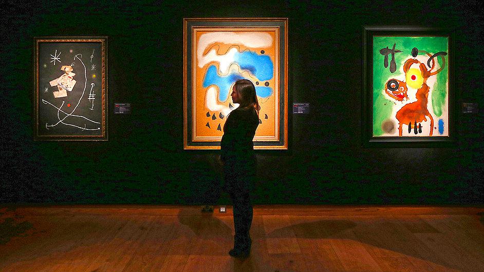Díla malíře Joana Miróa v aukční síni Christie's, kde se měla dražit letos v únoru.