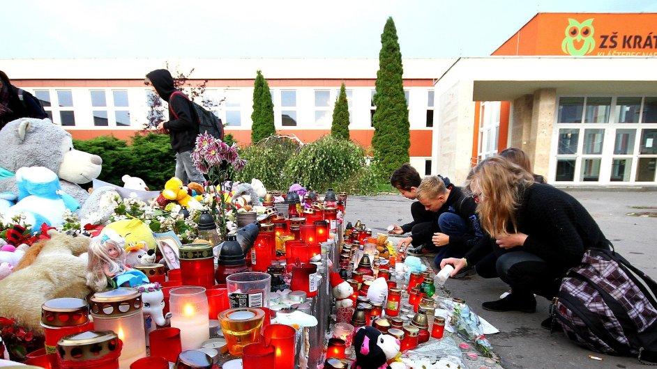 Lidé zapalovali svíčky před školou v Klášterci nad Ohří