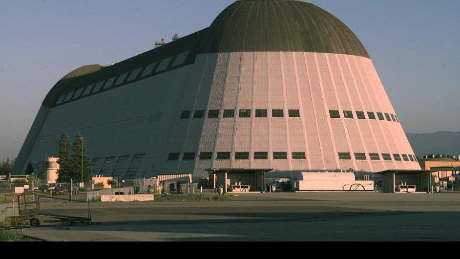 Jeden z hangárů, který si Google v Kalifornii pronajímá.