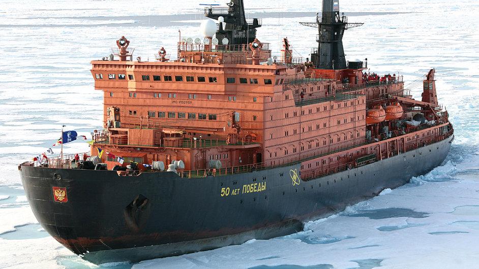 Ruský ledoborec 50 let vítězství je největším ledoborcem na světě. Rudý kolos vlastní státní společnost Rosatom a kromě několika málo komerčních plaveb jej používá jen k vědeckým účelům.