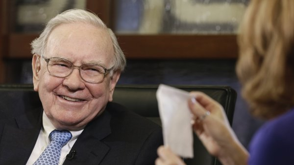 Buffettovy dopisy ur�en� akcion���m z let 1965 a� 2014 vyjdou na v�ce ne� deset tis�c korun.