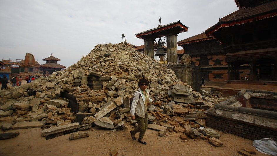 Žena prochází kolem zříceného chrámu po zemětřesení v Káthmándú.