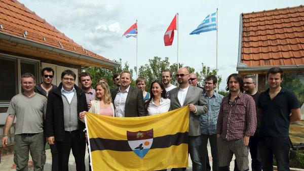 """""""Prezident Liberlandu"""" Vít Jedlička s vlajkou a budoucími občany země."""