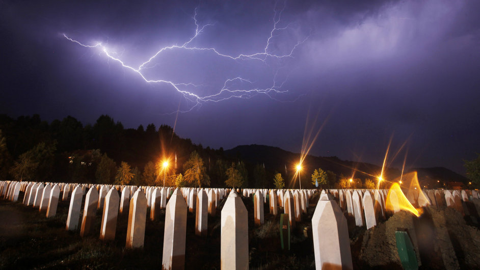 Hroby po obětech genocidy ve Srebrenici