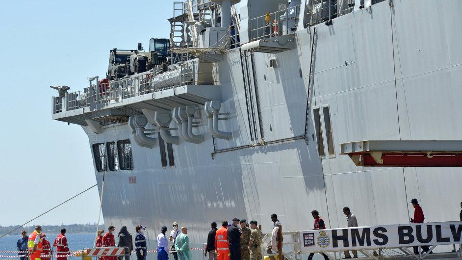 Mezinárodní síly zachránily o víkendu z moře nejméně 4000 běženců, zapojila se také britská loď HMS Bulwark.