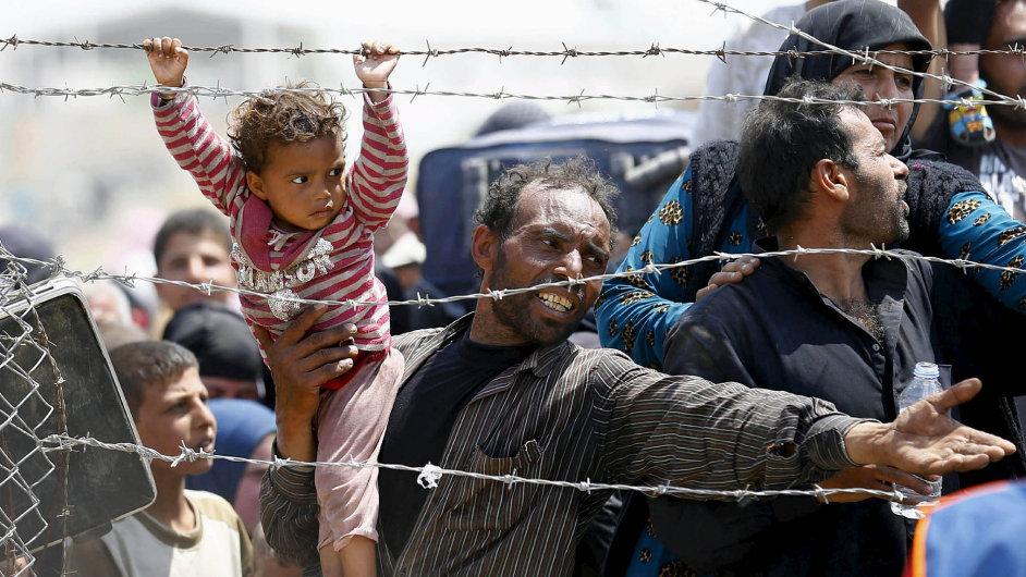 Uprchlíci nejsou vůbec vnímáni jako někdo, kdo by měl tvář. Konkrétní tváře jsou sice na záběrech v televizích vidět, ale my si jen obtížně připouštíme, že za nimi se ukrývají lidské bytosti.