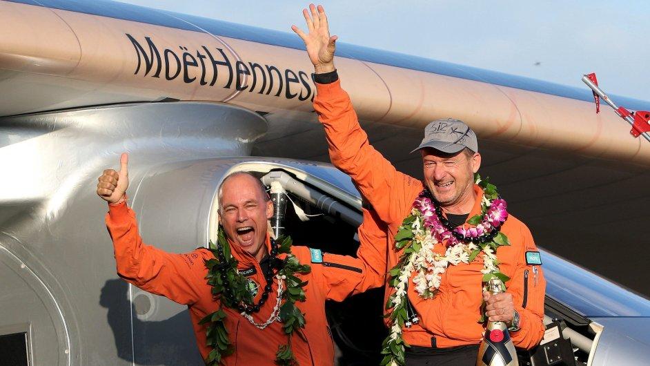 Piloti letounu Solar Impulse 2 po přistání na Havaji.
