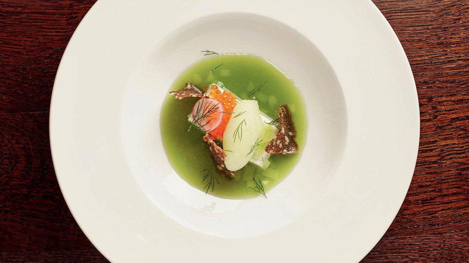 Chlazená okurková polévka s kaviárem z lososového pstruha v restauraci Kalina