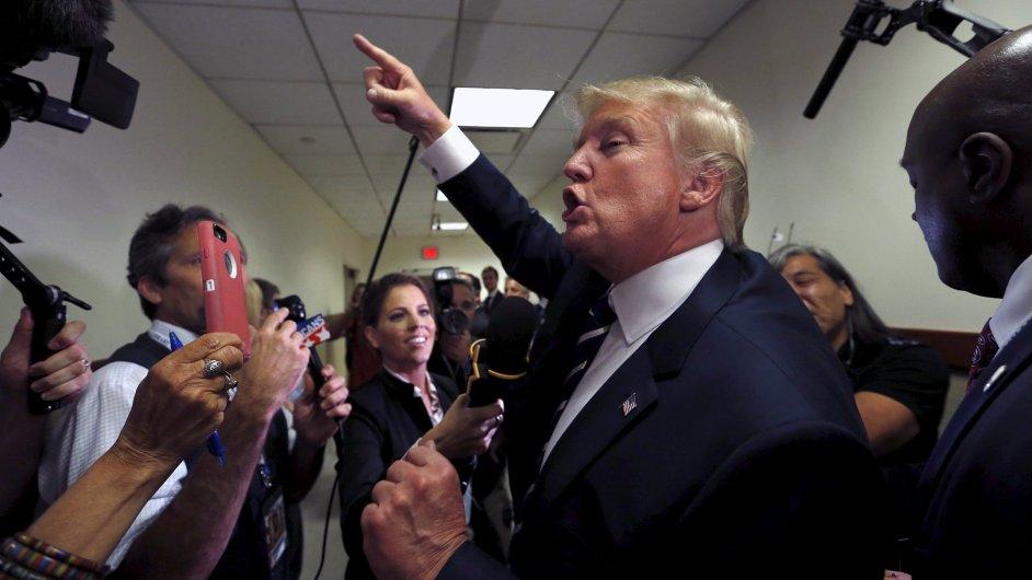Donald Trump hovoří po televizní debatě s novináři.