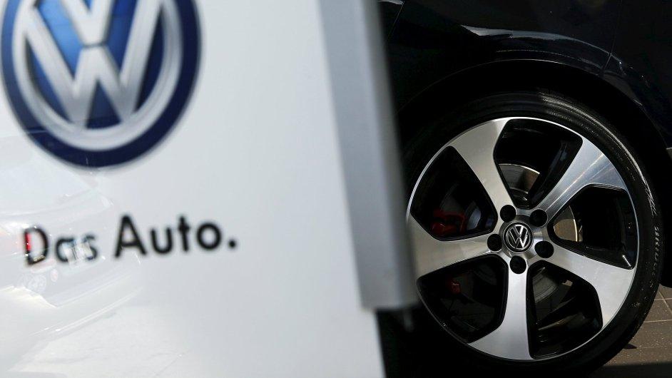 Cena akcií Volkswagenu prudce klesla kvůli skandálu s emisemi.