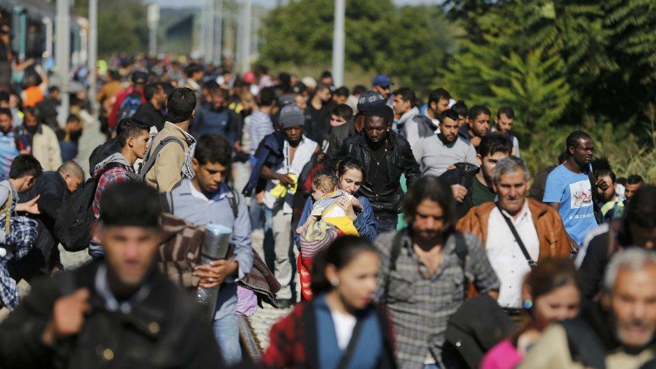 Uprchlíci odcházejí z vlakové stanice Botovo v Chorvatsku - Ilustrační foto.