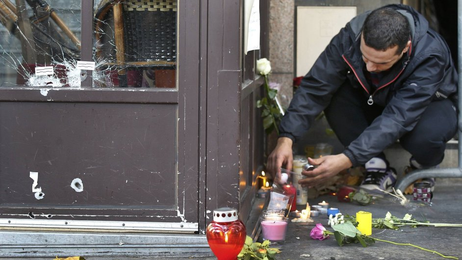 Lidé zapalují svíčky, místa útoků ale spíše přenechávají rodinám obětí. Na snímku je jedna z kaváren, kde útočníci stříleli.