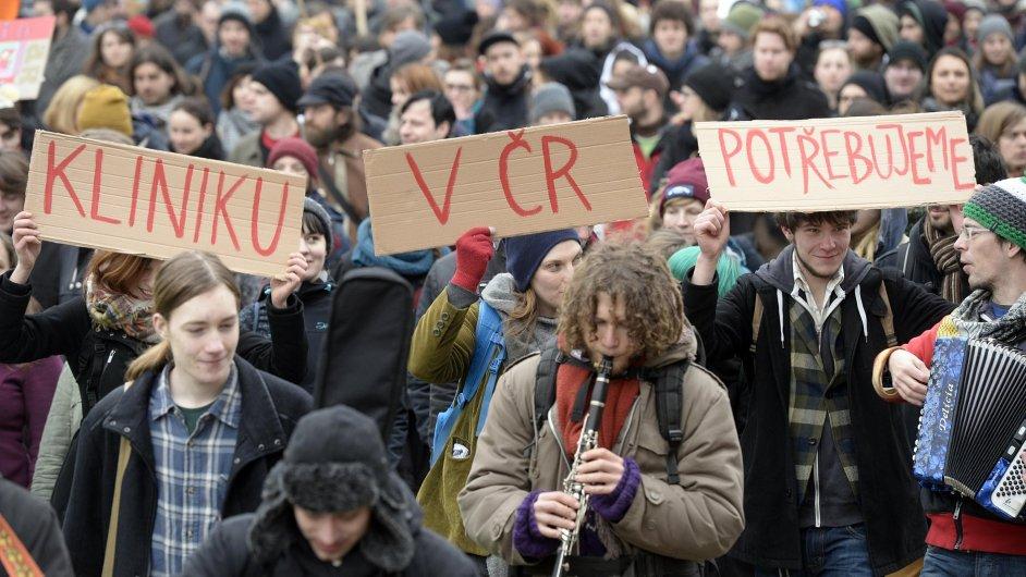 Shromáždění a solidární pochod za zachování centra Klinika v Jeseniově ulici v Praze se konal 27. února. Úřad pro zastupování státu ve věcech majetkových (ÚZSVM) odmítl centru prodloužit smlouvu a dům