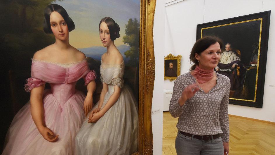 Na snímku vpravo je kurátorka výstavy Renata Skřebská, vlevo obraz Podobizna sester Mosigových z roku 1842 od Leopolda Kupelwiesera.