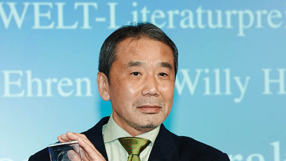 Spisovatel Haruki Murakami (na snímku z listopadu 2014, kdy v Berlíně přebíral literární cenu) v knize Hon na ovci píše západním stylem ovýchodních problémech.