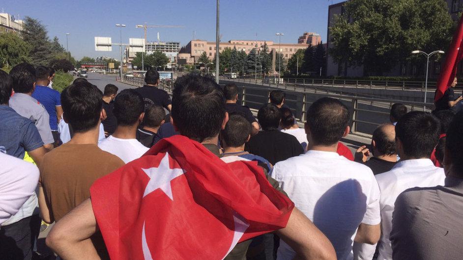 Lidé s tureckými vlajkami se shromáždili před vojenským ústředím v Ankaře.