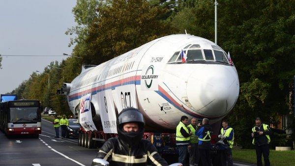Takzvaný Naganský expres převáží tahač z Prahy do Kunovic. Celou cestu bude soupravu doprovázet policie.