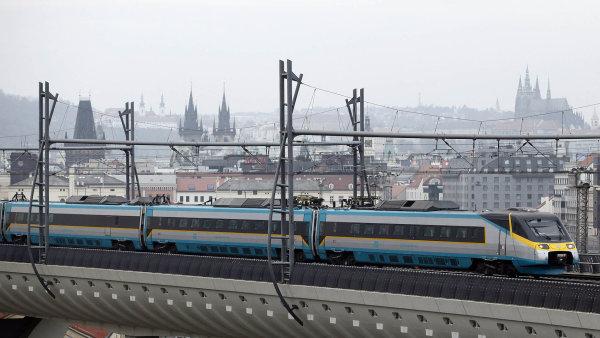 Rychlovlak Pendolino u hlavního nádraží v Praze