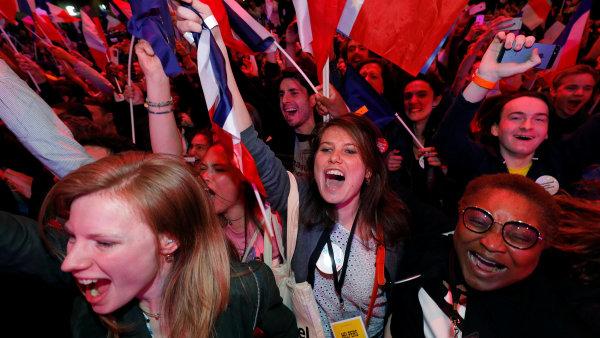 Podporovatelé Emmanuela Macrona slaví.