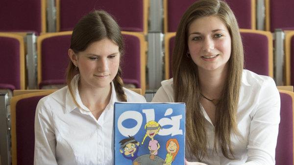 Michaela Moravcová (vlevo) a Lucie Částková připravily hru pro nevidomé i zdravé, časem by chtěly vymyslet i mobilní aplikaci pro neslyšící.
