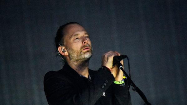 Na snímku z nedávného koncertu Radiohead na britském festivalu Glastonbury je zpěvák Thom Yorke.