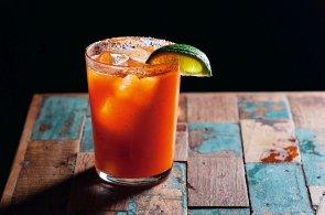 Inspirace ze světových barů: Na Islandu pijí pálenkovou Černou smrt, v Mexiku štiplavé pivo se solí