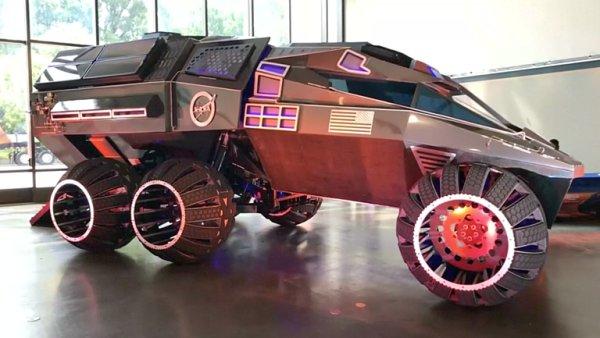 Připomíná auto od Batmana. NASA bude na Marsu jezdit s astronauty tímto obrem.