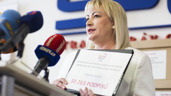 Ivana Zemanová ukazuje, že její manžel, prezident Zeman, překonal kvalifikační limit 50 tisíc podpisů.
