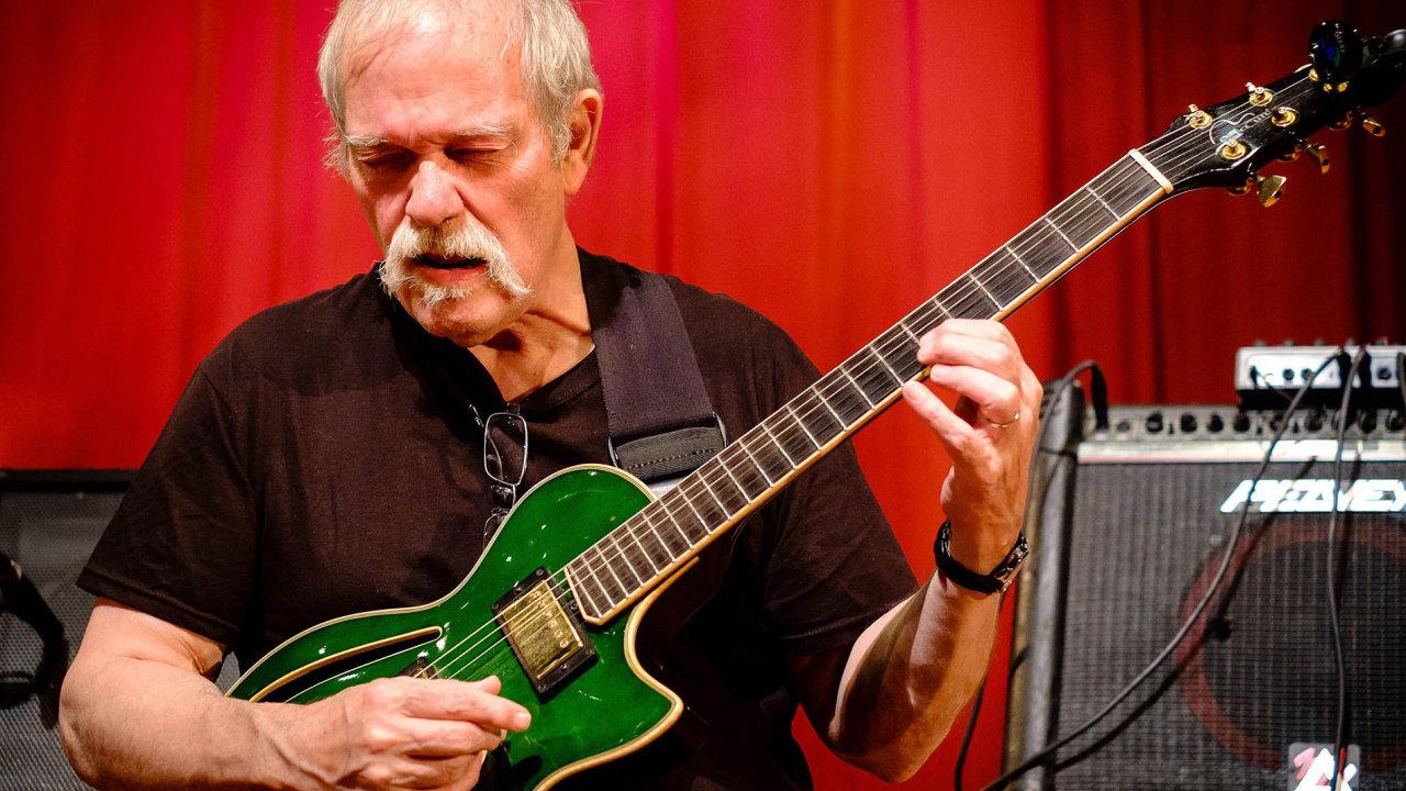 Kytarista John Abercrombie (na snímku) s českými hudebníky spolupracoval od poloviny 70. let až do loňska.
