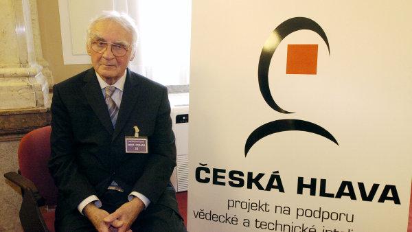 V 92 letech zemřel světově uznávaný vědec, zakladatel elektronové mikroskopie v Československu Armin Delong (na snímku z 10. listopadu 2005, kdy byl v Praze vyhlášen laureátem Národní ceny Česká hlava