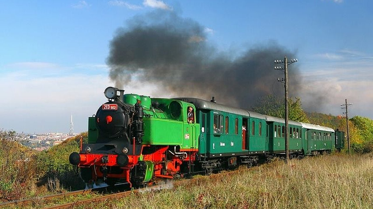 Parní lokomotiva vyjede ze zastávky Brno - dolní nádraží v sobotu 17 hodin, dovnitř se vejde šedesát posluchačů.