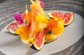 Trocha sladké exotiky: Připravte si datlový koláč s fíky, ananasem a mangovým sorbetem