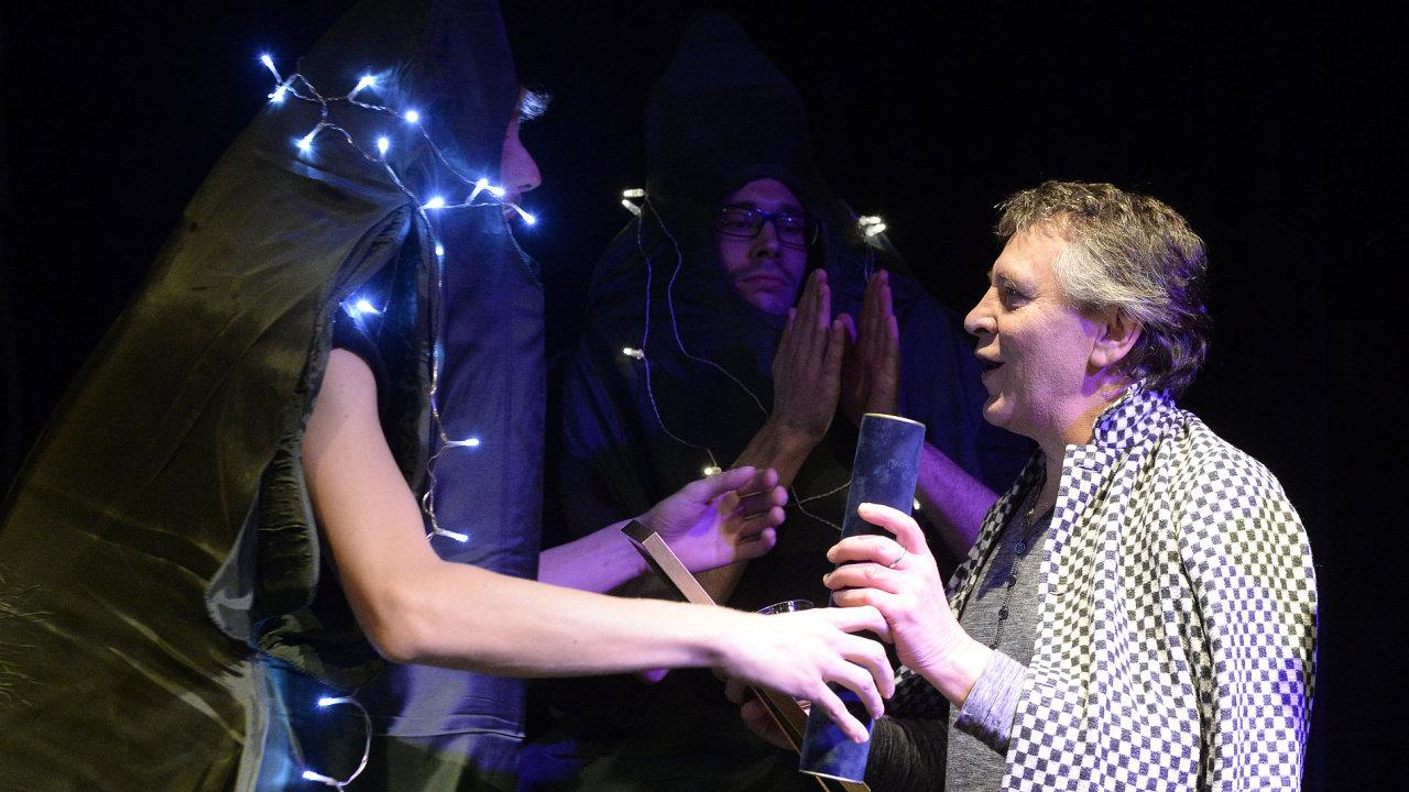 Na snímku divadelní režisér Jan Nebeský (vpravo) přebírá Cenu Divadelních novin v kategorii Činoherní divadlo za režii inscenace Nora.