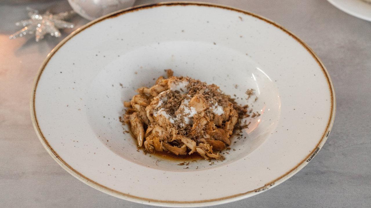 Kuře potacchio s parmazánovou pěnou a černým lanýžem patří k Vánocům ve středoitalské přímořské oblasti Marche.
