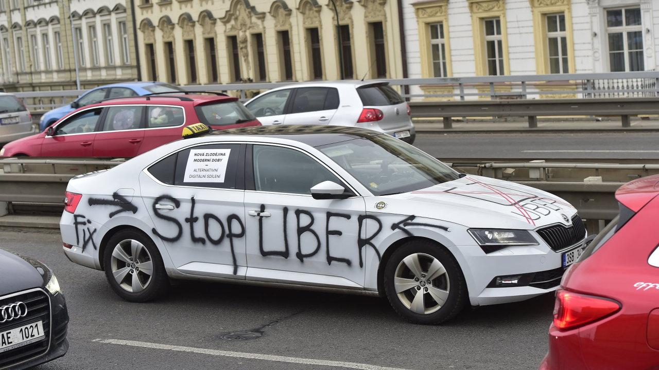 Taxikáři plánují znovu protestovat proti Uberu a dalším alternativním přepravním službám.