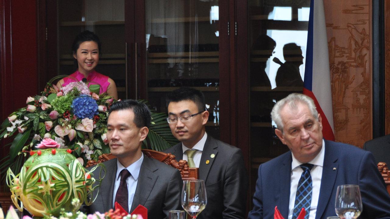 Člen poradního týmu prezidenta Miloše Zemana předseda představenstva čínské skupiny CEFC Jie Ťien-ming (vlevo).