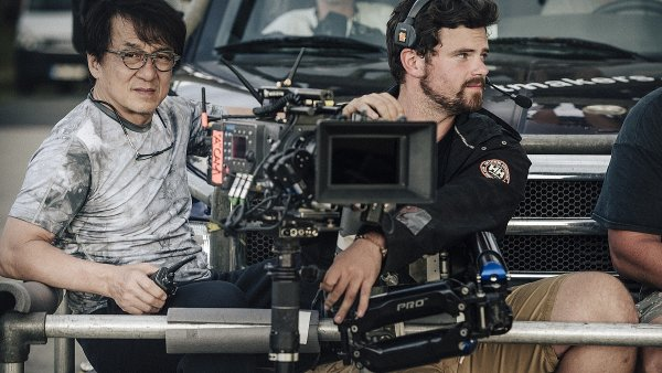 """V České republice natáčel Jackie Chan – tentokrát jako režisér dobového dramatu """"The Diary"""". Na snímku se steadicam operátorem Davidem Růžičkou."""