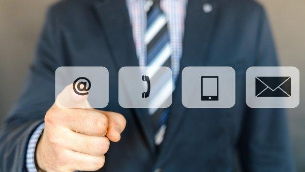 80% e-mailových uživatelů přistupuje ke své elektronické poště prioritně  ze svého chytrého telefonu. Ilustrace