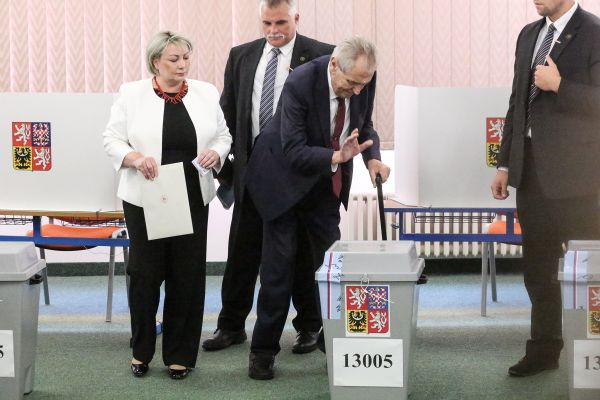 Prezident Miloš Zeman vhodil svůj hlas pro kandidáty v komunálních volbách už v pátek 5. října těsně po otevření volebních místností.