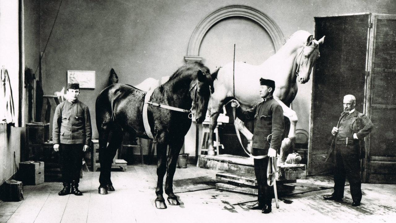 V průběhu téměř tří desetiletí, během nichž Myslbek tvořil svatováclavské sousoší, se jen hledání podoby koně věnoval 12 let.