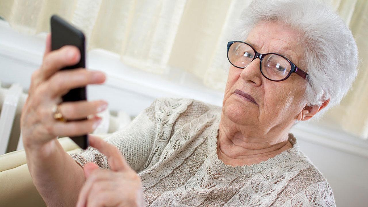Babičky se o zprávy zajímají víc než mnozí mladí